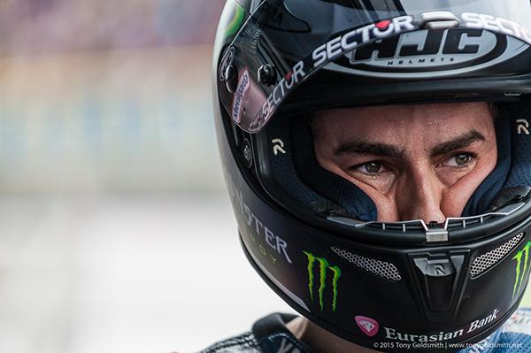 Обратите внимание, к примеру, на чемпиона мира MotoGP Хорхе Лоренсо: со стороны кажется, что шлем ему мал, хотя это вовсе не так (причем так казалось когда Хорхе сотрудничал и с HJC, и с Shark в этом году).