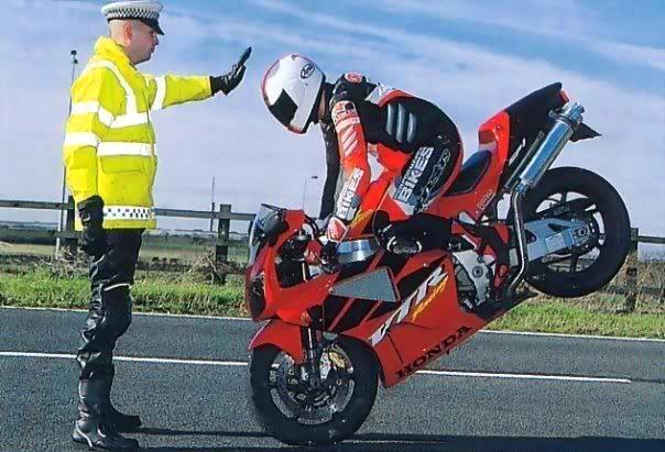 Полицейский останавливает мотоциклиста